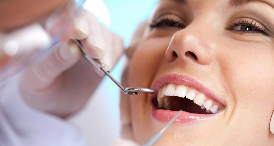 Девушка лечит зубы у стоматолога
