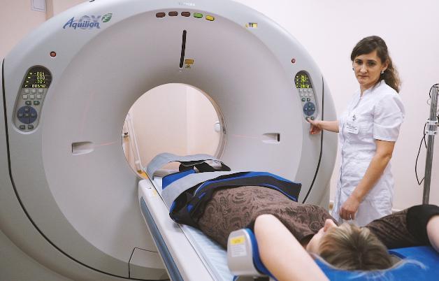 Больной проходит МРТ