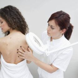 Как получить помощь дерматолога в государственных и частных клиниках по полису ОМС
