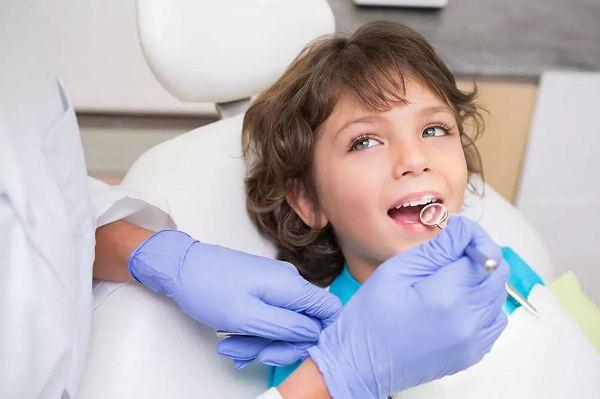 На фото ребенок, который лечит зубы по ОМС.
